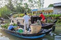 Mercato di galleggiamento alle strade trasversali di sette-modi (baia di Nga), città di Can Tho, Tien Giang di Phung Hiep Immagine Stock Libera da Diritti