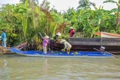 Mercato di galleggiamento alle strade trasversali di sette-modi (baia di Nga), città di Can Tho, Tien Giang di Phung Hiep Immagine Stock