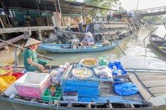 Mercato di galleggiamento alle strade trasversali di sette-modi (baia di Nga), città di Can Tho, Tien Giang di Phung Hiep Fotografie Stock