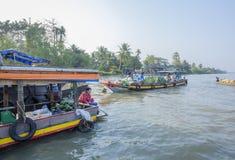 Mercato di galleggiamento alle strade trasversali di sette-modi (baia di Nga), città di Can Tho, Tien Giang di Phung Hiep Fotografia Stock Libera da Diritti