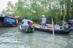 Mercato di galleggiamento alle strade trasversali di sette-modi (baia di Nga), Hau Giang di Phung Hiep Fotografie Stock