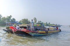 Mercato di galleggiamento alle strade trasversali di sette-modi (baia di Nga), Hau Giang di Phung Hiep Fotografia Stock Libera da Diritti