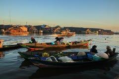 Mercato di galleggiamento del fiume di Barito di mattina fotografie stock