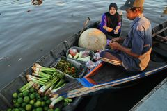 Mercato di galleggiamento del fiume di Barito di mattina fotografia stock libera da diritti