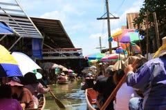 Mercato di galleggiamento di Damnoensaduak Immagini Stock Libere da Diritti