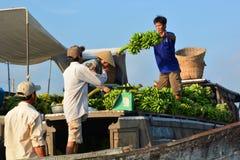 Mercato di galleggiamento di delta del Mekong Xuyen lungo vietnam fotografia stock
