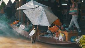 Mercato di galleggiamento di Pattaya Un venditore della donna in una piccola barca sta preparando l'alimento La Tailandia, Asia video d archivio