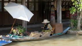 Mercato di galleggiamento di Pattaya Un venditore della donna in una piccola barca sta preparando l'alimento thailand video d archivio