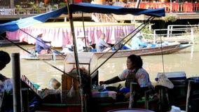 Mercato di galleggiamento di Pattaya Un venditore della donna in una piccola barca sta preparando l'alimento thailand stock footage