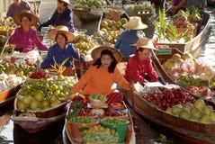 Mercato di galleggiamento in Tailandia. Immagine Stock Libera da Diritti