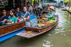 Mercato di galleggiamento Tailandia di Amphawa Bangkok del venditore immagine stock libera da diritti