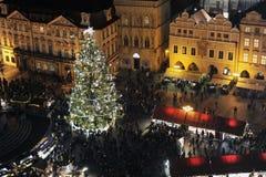Mercato di Natale di Praga con un albero di Natale Immagini Stock Libere da Diritti