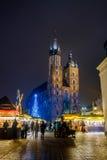 Mercato di Natale di visita della gente al quadrato principale in vecchia città Fotografia Stock Libera da Diritti