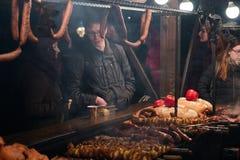 Mercato di Natale di visita della gente al quadrato principale in vecchia città Immagini Stock