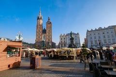 Mercato di Natale di visita della gente al quadrato principale in vecchia città Fotografia Stock
