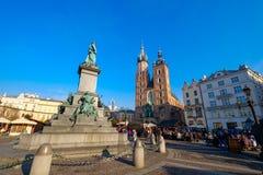 Mercato di Natale di visita della gente al quadrato principale in vecchia città Immagini Stock Libere da Diritti