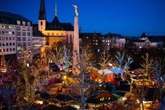 Mercato di Natale Inverno giusto con l'albero e le luci Fotografie Stock