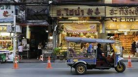 Mercato di notte e Tuk-Tuk (taxi Tailandia) sulla strada di Chinatown (Yaowarat), la via principale fotografia stock libera da diritti