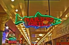 mercato di posto di luccio a forma di salmone dell'insegna al neon Fotografia Stock