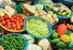 Mercato di strada asiatico che vende il cavolo e la cipolla del pepe del pomodoro Fotografia Stock Libera da Diritti