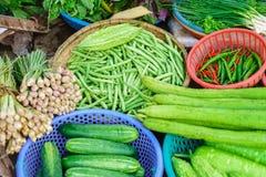Mercato di strada asiatico che vende il cetriolo e la cipolla del pisello del pepe Fotografia Stock Libera da Diritti