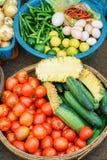 Mercato di strada asiatico che vende il cetriolo e le uova del pomodoro nel Vietnam Fotografie Stock
