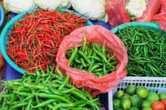Mercato di strada asiatico che vende il pepe e la calce del baccello nel Vietnam Immagini Stock