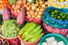 Mercato di strada asiatico che vende il pisello e la cipolla amari della calce del melone Immagine Stock Libera da Diritti