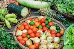 Mercato di strada asiatico che vende l'ananas e la banana della cipolla della calce del pomodoro Fotografia Stock Libera da Diritti