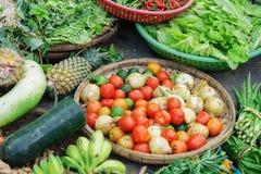 Mercato di strada asiatico che vende la lattuga e l'ananas della cipolla della calce del pomodoro Fotografia Stock