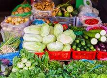 Mercato di strada asiatico che vende lo zucchini e la cipolla del cetriolo del cavolo Fotografie Stock Libere da Diritti