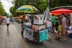 Mercato di strada di camminata di domenica in Chiang Mai, Tailandia Fotografia Stock Libera da Diritti
