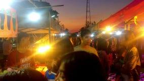 Mercato di strada di camminata in Tailandia stock footage