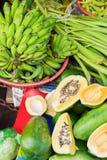 Mercato di strada che vende le banane e papaia nel Vietnam Immagini Stock