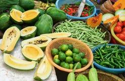 Mercato di strada che vende papaia e calce nel Vietnam Fotografia Stock Libera da Diritti