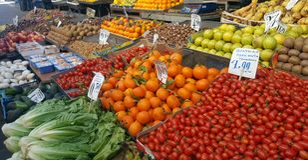 Mercato di strada con la frutta e le verdure fresche immagine stock libera da diritti