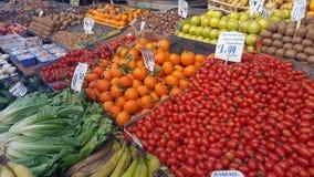 Mercato di strada con la frutta e le verdure fresche fotografie stock libere da diritti