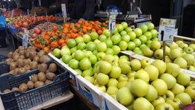 Mercato di strada con la frutta e le verdure fresche a Atene del centro, Grecia fotografia stock
