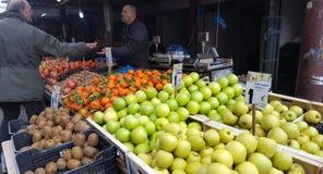 Mercato di strada con la frutta e le verdure fresche a Atene del centro, Grecia fotografie stock