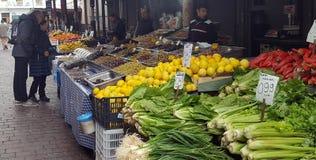 Mercato di strada con la frutta e le verdure fresche a Atene del centro, Grecia immagini stock