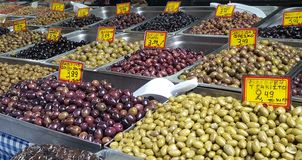 Mercato di strada con le olive dell'assortimento a Atene del centro, Grecia fotografie stock libere da diritti