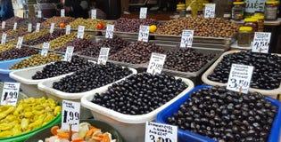 Mercato di strada con le olive dell'assortimento a Atene del centro, Grecia immagini stock libere da diritti