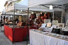 Mercato di strada nel villaggio medievale di Staffolo in Italia immagine stock libera da diritti