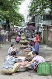 Mercato di strada a Rangoon myanmar Fotografie Stock Libere da Diritti