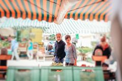 Mercato di visita del ` s dell'agricoltore delle coppie senior Fotografia Stock Libera da Diritti