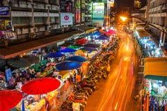 Mercato di Warorot e vita di notte lunga di esposizione Immagine Stock