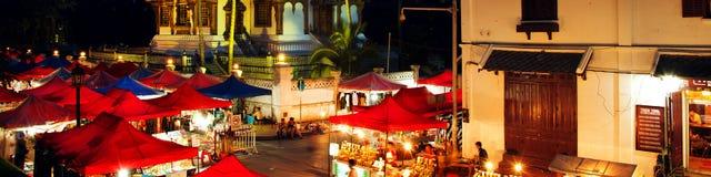 Mercato famoso di notte in Luang Prabang, Laos con il tempio illuminato fotografie stock libere da diritti