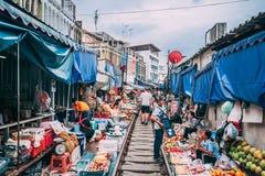 Mercato ferroviario 12 di Maeklong 13 visita 2018nTourists il mercato ferroviario fuori di Bangkok e comprare le merci dai vendit immagini stock libere da diritti