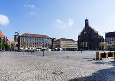 Mercato principale a Norimberga con Frauenkirche e Schöner Brunnen alla Baviera Germania del cielo blu fotografie stock libere da diritti