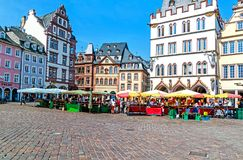 Mercato principale pittoresco in Treviri, la più vecchia città tedesca, Germania fotografia stock libera da diritti